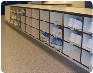 overstapbank-hoek-opstelling-hpl-volkern-kleedsluis-meubilair